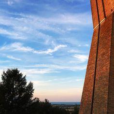 Santuario di Loreto uno dei più importanti siti di pellegrinaggio mariano.  Da visitare anche per i non credenti perché di fronte a un tramonto che corre lontano verso il mare in qualunque cosa si creda il miracolo della Natura si manifesta in tutta la sua magnificenza.  #Loreto #sunset #marche #destinazionemarche #amazing #landscape #sky #architecture #spirituality #welivetoexplore #summer #mytravelgram #discoveritaly #italy