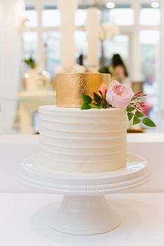 Modern gold leaf + textured cake: http://www.stylemepretty.com/utah-weddings/salt-lake-city/2016/05/25/pretty-pink-flowers-make-this-the-ultimate-spring-wedding/ | Photography: J.Taylor Photography - http://jtaylorphotography.com/