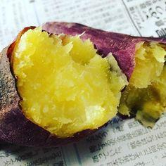 今回は電子レンジでおいしく焼き芋を焼く方法を紹介します。おいしい焼き芋作りのポイントは低温で長時間じわじわ焼くことなので、いつもより低めの設定にしましょう。これを知っていれば、今年はもっと気軽に焼き芋を楽しめそうですね!