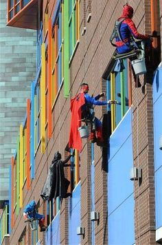 Just love this!! The children in a US hospital were shocked when 'super hero' window washers suddenly appeared outside their windows...Spiderman, Batman to Captain America. Apparently the kids, who at first thought they were seeing things, went rushing from room to room in excitement.