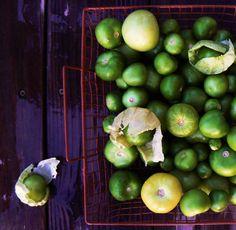 Tomate verde o miltomate o tomates de la milpa con cáscara. Para salsas, moles y guisados.