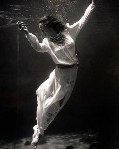 1947....Amazing underwater photography by one of the first female photographers to work for Harper's Bazaar and Vogue in the 1940s, Toni Frissel.