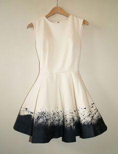 Dos tonos, como pintura, gran final a un elegante vestido blanco