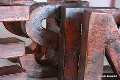 Buchstaben im Metall-look