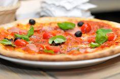 Uwielbiam włoskie potrawy, a pizza chociaż dość pospolita i zwyczajna jest w czołówce moich ulubionych dań. Żeby wyczarować pyszną pizzę wcale nie są potrzebne ani włoskie geny ani telefon do najbl…