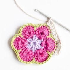Näin virkkaat afrikankukan   Kodin Kuvalehti Love Crochet, Crochet Flowers, Easy Crochet, Knit Crochet, Crochet Hats, Hexagon Crochet Pattern, Crochet Mandala, Crochet Patterns, Quick Knits