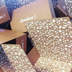 De verpakking heeft invloed op de beleving van een product. Daarom heeft Hangloose Baby zorgvuldig aandacht besteed aan een subtiele en duurzame kartonnen verpakking, die met de hand is gezeefdrukt met milieuvriendelijke inkt op waterbasis. #Verpakking #karton #kraft #ambacht #zeefdruk #duurzaam #FSC #illustratie ontwerp door Frissetypes
