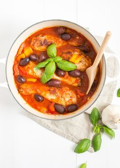 This one chicken stew is on the one hand very summery, due to the Mediterranean flavors and the use of a lot of tomatoes. On the other hand, a stew re. Feel Good Food, Love Food, Kitchen Time, Italian Chicken, Tasty Dishes, Stew, Healthy Recipes, Healthy Food, Dinner Recipes