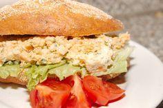 Fűszeres sajtos szendvicskrém recept: Könnyedén elkészíthető ízletes szendvicskrém recept. Uzsonnára szendvicsként vagy vendégváró szendvics falatokhoz is tökéletes választás. Természetesen aprító gép nélkül is el lehet készíteni, villával összetörve a hozzávalókat, azonban így sokkal krémesebb lesz a végeredmény. Eat Pray Love, Salmon Burgers, Ricotta, Feta, Healthy Recipes, Healthy Food, Sandwiches, Dishes, Ethnic Recipes