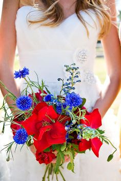 "a more ""wild"" arrangement of blue and red flowers #PerfectWedding"