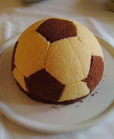 Fußball-Charlotte mit Maulwurfkuchen-Füllung