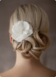 Romantische Braut-Seidenblüte mit Perle und Netzschleier. Ein perfekter Begleiter auch für einen festlichen Standesamt Termin.