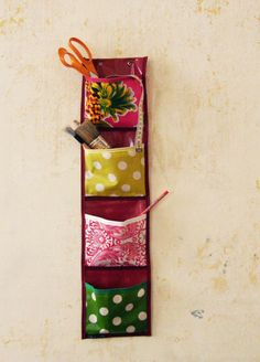 The empty wall pocket – create a clever storage!fr Le vide poche mural – créez un rangement malin! - Art Of Equitation Felt Crafts, Fabric Crafts, Sewing Crafts, Diy And Crafts, Diy Vide Poche, Diy Deco Rangement, Diy Craft Projects, Projects To Try, Quilting Room