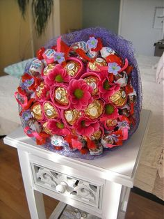 Sladká kytica z bonbónov ferrero rocher. Chocolates, Ferrero Rocher Bouquet, Fererro Rocher, 4th Of July Wreath, Origami, Cake Decorating, Decorative Boxes, Dream Wedding, Blanket