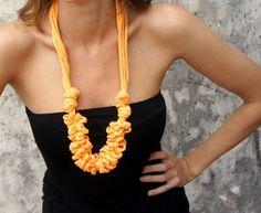 Este actual y divertido collar puede usarse en cualquier época del año, con remeras, tops, vestidos, sweaters, etc.  Para su realización usé