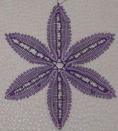 une belle fleur en dentelle aux fuseaux