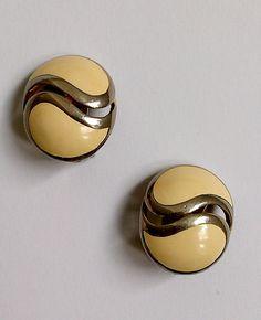 Boucles d'oreilles blanches à clip années 80 Vintage de la boutique AuxBellesFrusques sur Etsy