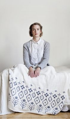 Saana and Olli for Novita, Knitted throw cover made with Novita Hanko yarn #novitaknits #knitting #knits https://www.novitaknits.com/en Picture: Suvi Kesäläinen