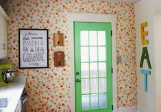"""Nada como uma cozinha alegre e inspiradora para fazer as """"criações diárias"""" da nossa alimentação! :) Hoje eu trago pra vocês um diy pra quem quer deixar a cozinha bem graciosa usando uma estampa em uma das paredes como esta da imagem acima. O legal é que não precisa comprar um papel de parede para deixá-la assim. Tudo é feito com tinta e carimbos feitos com papelão mesmo. Vejam só!..."""