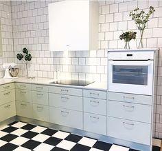 I utställningen hos @electroluxhomevarberg har det kommit upp ett nytt Lindblomsgrönt kök från Ballingslöv tillsammans med en vitlackad Box. #fjäråskupan #box #ballingslöv #ballingslövkök #showroom #utställningskök #lindblomsgrön #inspo #kitcheninspo #interior #interior4all #interiordesign #schackrutigt #kitchenaid