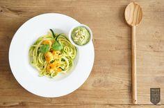 Zucchini-Nudeln mit Avocado-Pesto