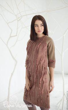 Платье из мериносовой шерсти и натуральных волокон. Красивого кремового цвета. Смотрится очень элегантно. Достойное дополнение к вашему гардеробу. Платье бесшовное. Выполнено в технике горячего валяния. Платье на подкладке. Застежка - длинная потайная молния по спинке.