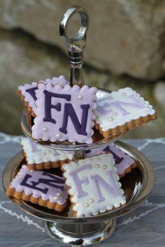 Kekse für die Hochzeit mit Monogramm in lavendel