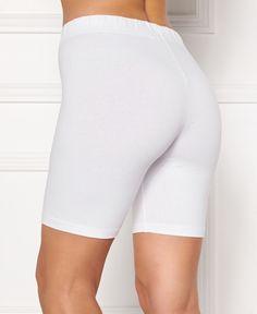 Zeg maar Dag tegen schurende dijen en inkijk en zeg maar Hallo tegen deze witte Toulon shorts van SOSHIN! Dit fijne broekje bestaat voor 95% uit zacht stretchkatoen en is het ideale maatje voor onder een jurkje of rokje of tijdens het sporten! Body Size, Capri Leggings, Bra Sizes, White Shorts, Bermuda Shorts, Tory Burch, Short Dresses, Happy, Fashion