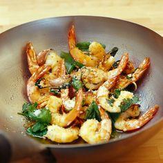 Découvrez la recette Wok de gambas au basilic sur cuisineactuelle.fr.