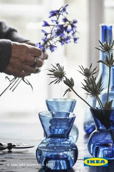 In Sweden, hand-blown glass — the traditional way of crafting glass — is part of our heritage.  The IKEA STOCKHOLM 2017 collection features a selection of carafes, bowls and serving plates that bring this tradition to life.