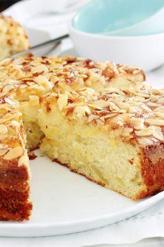 Délicieuse variante du gâteau au yaourt classique avec des pommes, de la poudre d'amandes et des amandes effilées. Le gâteau est hyper moelleux et fondant à souhait. C'est une recette simple et facile à faire, même avec les enfants. Mini Croissants, Glaze For Cake, Plain Cake, Mango Cheesecake, Best Dessert Recipes, Healthy Desserts, Sweet Recipes, Best Banana Bread, Biscuit Cake