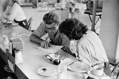 James Dean and Elizabeth Taylor having lunch together. Old Hollywood Actors, Vintage Hollywood, Classic Hollywood, James Dean Photos, Rebel Without A Cause, Jimmy Dean, Elizabeth Taylor, Beautiful Soul, American Actors