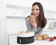 Praktyczny koszyk na pieczywo Zipp niemieckiej marki Auerhahn. Produkt został wykonany z najwyższej jakości materiałów filcu oraz bawełny. Koszyk stanowi nowoczesną alternatywę dla tradycyjnych koszyków na pieczywo czy chlebaków. Bawełniana wkładka wraz z filcowym pojemnikiem połączona jest za pomocą zamka błyskawicznego. Koszyk może również pełnić pojemnika na inne produkty.