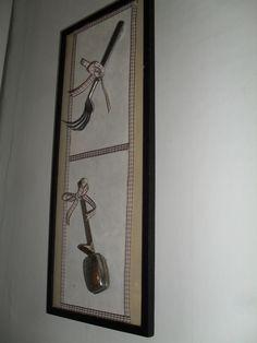 Appifaarille oli tärkeä kapistus ylähäällä  haarukka - uudelleen muotoiltu - helpompi onkia sillä sillinpaloja purkista . Alhaalla  vanha teesihti. Taululla ja tavaroilla on usein omia tarinoja, siksi hyvinkin merkityksellisiä meille.