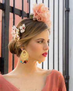 Las flores siempre acompañando a la belleza de las flamencas. 😍😍 Entre las cientos opciones que te proponemos, tienes la peonia de color… Moda Floral, Drop Earrings, Instagram, Fashion, Flamenco Dresses, Orange Blossom, White People, Health, Beauty