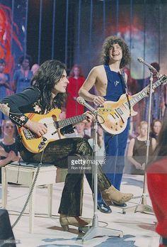Mickey Finn und Marc Bolan von T-Rex treten 1971 live bei der BBC 'Top Of The Pops' in Londo Marc Bolan, Electric Warrior, Ron Howard, 70s Glam, Bbc S, Thing 1, Glam Rock, T Rex, Pop Group