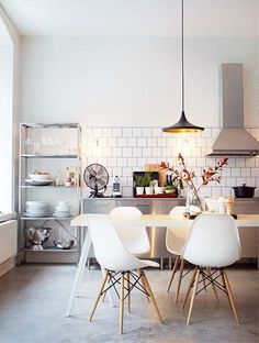 check Out 25 Cool Industrial Kitchen Designs. Industrial-style kitchen aren't that popular nowadays. Although they're definitely cool and when you're designing such kitchen you can easily show your creativity. Home Interior, Kitchen Interior, New Kitchen, Kitchen Dining, Kitchen Decor, Kitchen White, Kitchen Chairs, Kitchen Modern, Dining Chairs