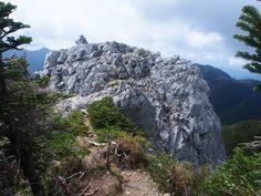 石灰岩の白い岩塊・光石。光岳|南アルプス登山ルートガイド。Japan Alps mountain climbing route guide