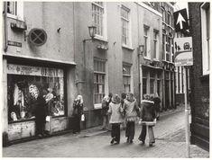 Jacobijnestraat zuidzijde. Ziende vanaf de hoek met de Koningstraat, 1975