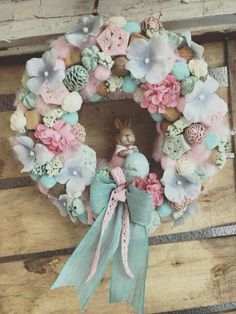 Ghirlanda pasquale - Ester garland (Use vintage Easter figures) Homemade Crafts, Diy And Crafts, Fabric Wreath, Diy Ostern, Egg Decorating, Vintage Easter, Easter Wreaths, How To Make Wreaths, Easter Crafts