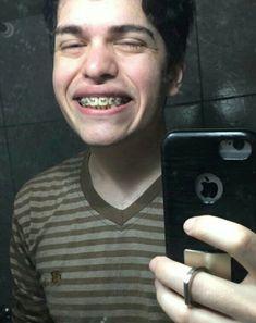 Tiene una sonrisa bellísima😍🌹 Youtube Memes, Crazy Man, Twenty One Pilots, The Twenties, The Man, Gentleman, Fandoms, Funny, Youtubers