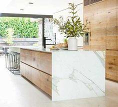 Grande cuisine en marbre ouverte sur une verrière en bois