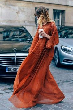 Boho Street Style Inspiration: Flowy Orange Maxi Dress Fall Look Boho Chic, Bohemian Style, Bohemian Dresses, Boho Dress, Boho Gypsy, Bohemian Fall Outfits, Spring Outfits, Dress Wind, Bohemian Gown