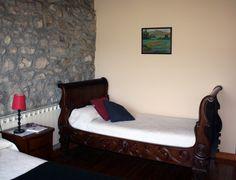 Habitación doble con cama de matrimonio y cama supletoria.