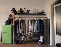 DIY-Kleiderstange inklusive kleiner Kommode und Bücherboard sowie grünem Kühlschrank.  #WGZimmer #Dresden #Organisation