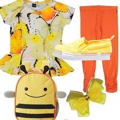 """Look pensato per una bambina di 6 anni. T-shirt in una allegra fantasia di farfalle nei toni dell'arancio e del giallo, con baschina svasata. Leggings arancio arricciato sul fondo, sneakers basse in sangallo giallo. Zainetto """"ape"""" e fiocchetto giallo fermacapelli...si vola!"""