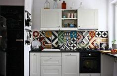 Vintage Küche im retro Stil mit verschiedenen Fliesen mit geometrischen Mustern