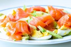 Keine Kohlenhydrate, aber jede Menge Geschmack: Dieser Räucherlachs Avocado Salat ist No Carb at it's best! Healthy Salads, Healthy Eating, Healthy Recipes, Salmon Y Aguacate, Smoked Salmon Recipes, Avocado Dessert, Menu Dieta, Norwegian Food, Avocado Salat