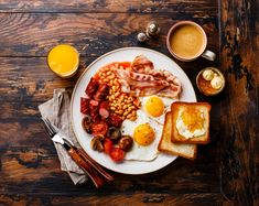 English breakfast - English breakfast with fried eggs, sausages, bacon, beans, toasts and coffee Breakfast Plate, Best Breakfast, English Breakfast Ideas, Healthy English Breakfast, Sausage Breakfast, Breakfast Photography, Food Photography, Hp Sauce, Simply Yummy