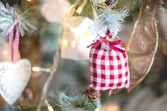 Decoração natalina com sache de canela xadrez em tons de vermelho e branco